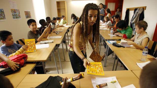 Imagen de una aula de acogida, con alumnado inmigrante, en Cataluña