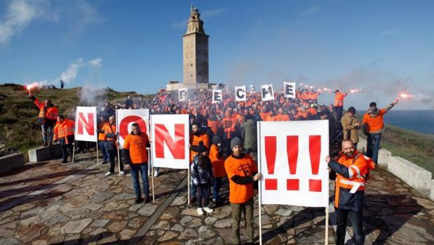 Trabajadores de la factoría coruñesa de Alcoa en una concentración ante la Torre de Hércules
