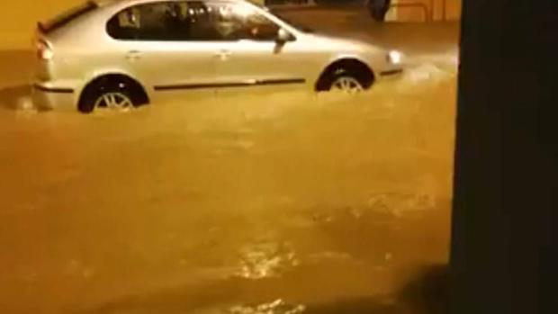 Imagen de un coche transitando por Alzira