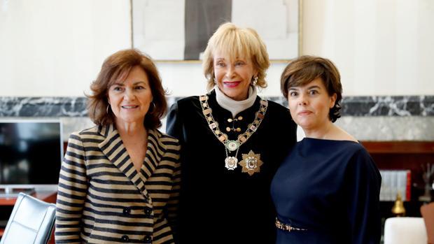 La vicepresidenta del Gobierno, Carmen Calvo, junto a la presidenta del Consejo de Estado, María Teresa Fernández de la Vega, y la exvicepresidenta, Soraya Saénz de Santamaría, que recientemente ha sido designada consejera