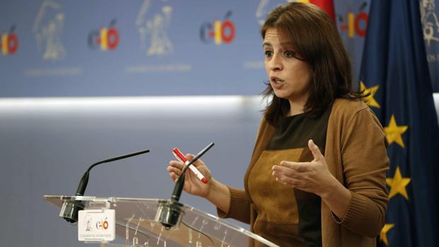 La portavoz del Grupo Parlamentario Socialista, Adriana Lastra, en rueda de prensa en el Congreso de los Diputados