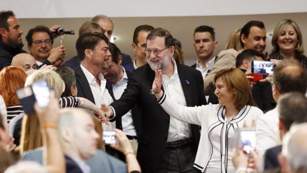 Rajoy aclamado en un acto del PP en Alicante, en mayo de este año
