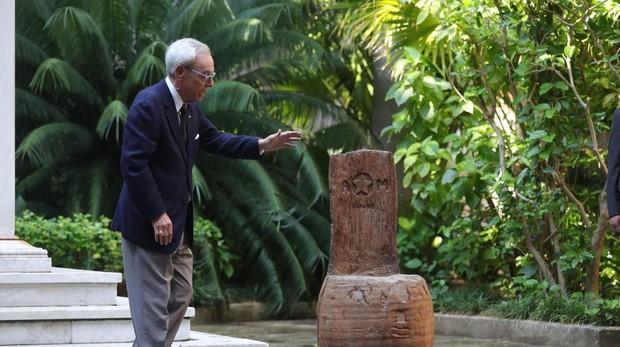"""El historiador cubano,Eusebio Leal se acerca a la """"silla de Maceo"""""""