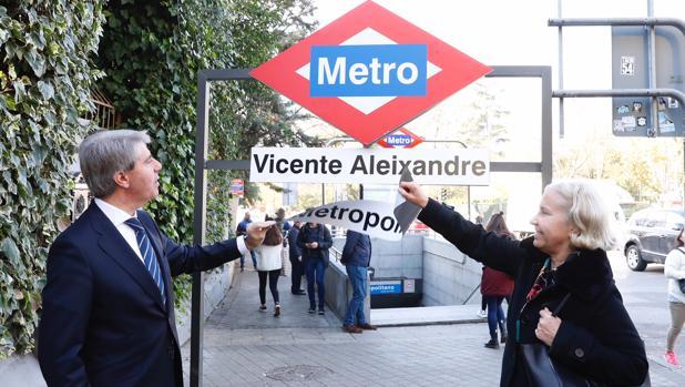 Ángel Garrido, junto a la sobrina de Vicente Aleixandre