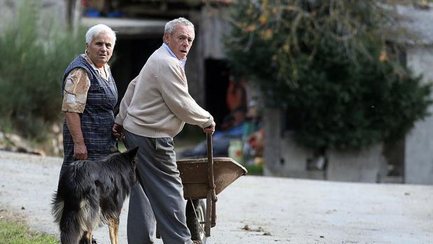 Una pareja de vecinos en el rural gallego