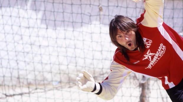 Fotograma de la película El penalti más largo del mundo, con Fernando Tejero en el campo del Puerta Bonita