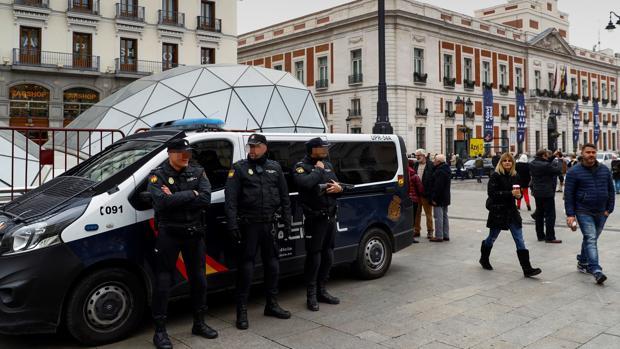 Policía en la Puerta del Sol de Madrid, uno de los lugares más visitados por estas fechas cercanas a la Navidad