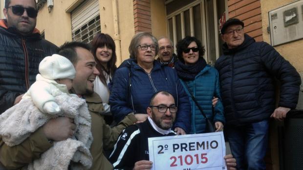 Vecinos de la localidad de Almansa festejan el segundo premio de la Lotería