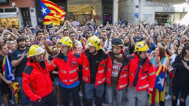 Bomberos de la Generalitat en una manifestación independentista tras el 1-O