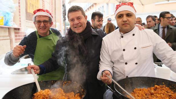 El presidente regional en las tradicionales migas navideñas de Toledo