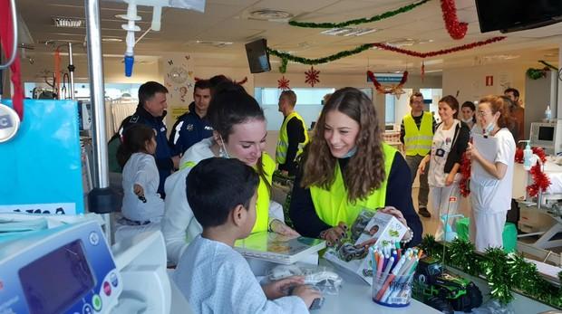 Agentes de Policía Municipal hacen entrega de los regalos a los niños ingresados