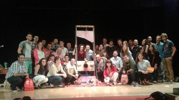 Juventudes Socialistas de la Vega Baja alicantina posaron con la imagen de la cabeza de Rajoy