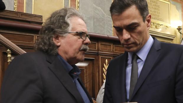 El diputado de ERC, Joan Tarda, y Pedro Sánchez, en el Congreso de los Diputados