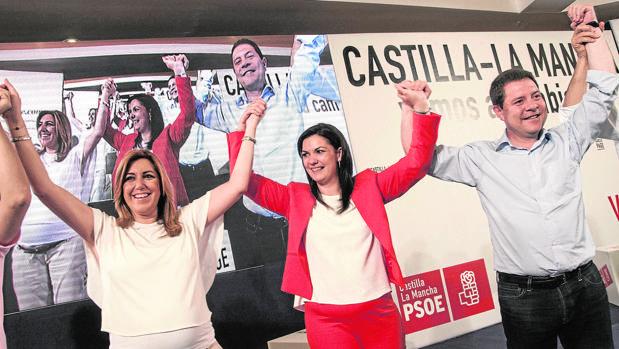 La alcaldesa de Puertollano, Mayte Fernández, ya ha anunciado que no optará a la reelección al alegar que lo hace por su «situación vital». Fernández gobierna desde 2013. En la imagen, con Susana Díaz y Page en 2015