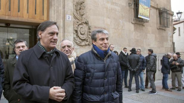 El alcalde de Salamanca, Carlos García Carbayo, junto a Policarpo Sánchez, presidente de la asociación Salvar el Archivo