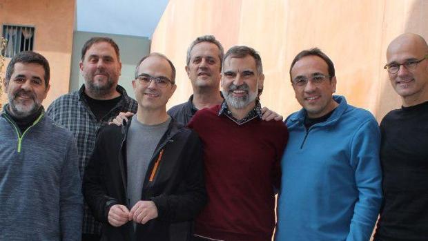 Joaquim Forn, en el centro de la imagen, junto a los demás dirigentes independentistas presos en la cárcel de Lledoners