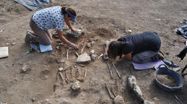 Los arqueólogos de Argea, examinan dos de los cuerpos encontrados