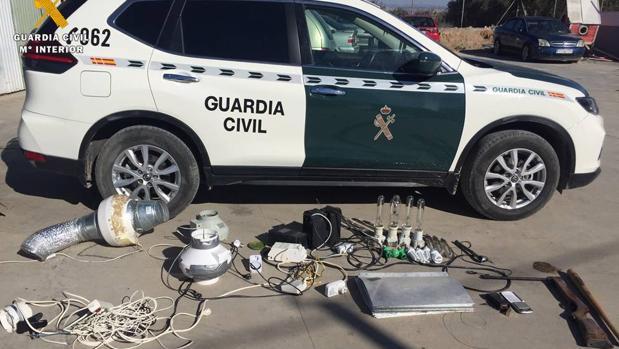 Además de droga, la Guardia Civil halló en el local material para cultivar marihuana