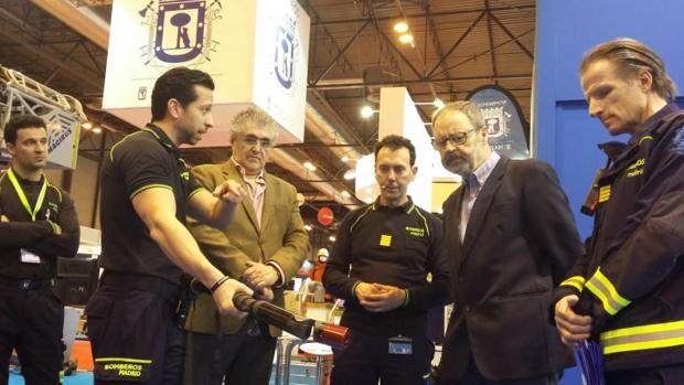 El delegado de Seguridad, Salud y Emergencias, Javier Barbero, rodeado de los jefes de bomberos