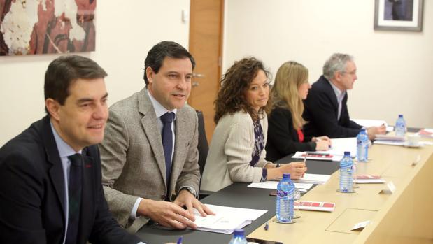 Raúl de la Hoz (2I) y Ángel Ibáñez, del PP, durante la Junta de Portavoces de las Cortes