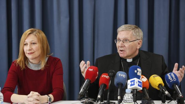El obispo de Astorga, Juan Antonio Menéndez, presenta la nueva delegación de protección de los menores y acompañamiento a las víctimas de abusos. Junto a él, la psicóloga y delegada, Maria José Díez