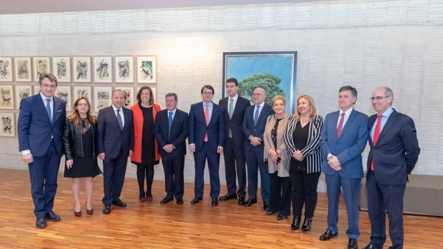 Dirigentes del PP, fundamentalmente presidentes de diputaciones, posan en el pasillo junto a Mañueco y el nuevo presidente de las Cortes, Ángel Ibáñez