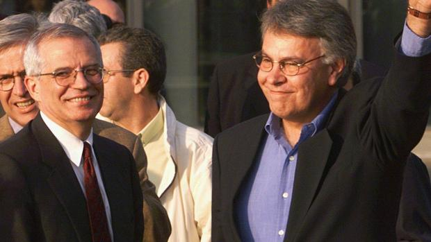 El candidato a las elecciones europeas del 26-M, Josep Borrell, junto a Felipe González, en una imagen de archivo