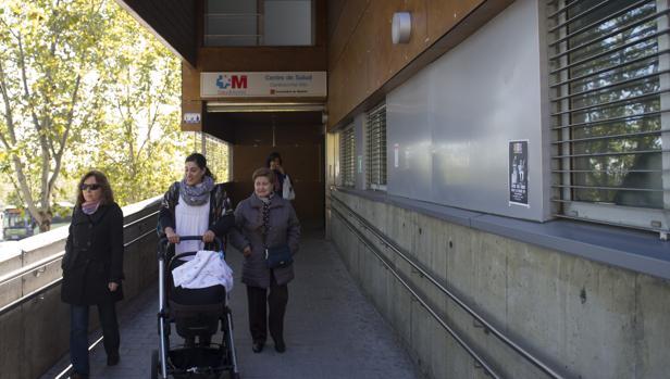 Usuarios a la entrada de un centro de salud madrileño