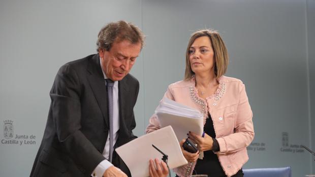 Los consejeros De Santiago-Juárez y Milagros Marcos, en la rueda de prensa posterior al Consejo de Gobierno