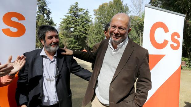 Francisco Igea, tras conocer los resultados de las primarias de Ciudadanos en Castilla y León. Junto a él, el procurador de Ciudadanos por León, Manuel Mitadiel