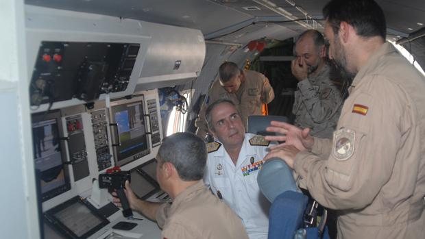 El vicealmirante Fernando Gómez durante su mando en la Operación Atalanta