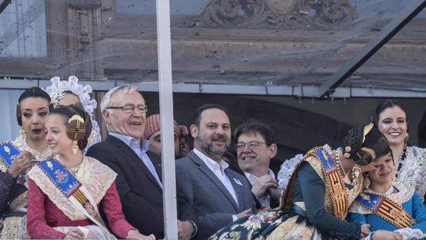 El alcalde de Valencia, Joan Ribó (izquierda), junto al ministro de Fomento, José Luis Ábalos, en el balcón del Ayuntamiento este martes durante la mascletà