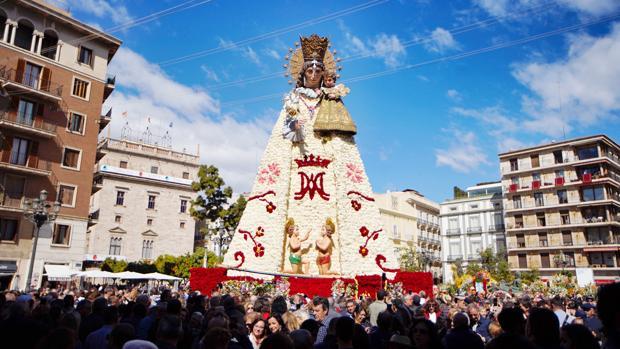 La «Geperudeta», en la plaza de la Virgen de Valencia, ya luce el manto completo tras la Ofrenda de Fallas 2019