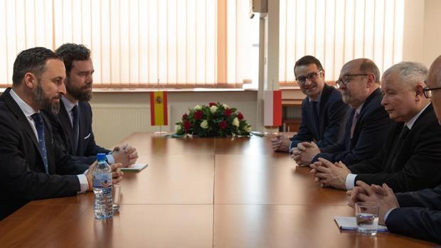 El líder de Vox, Santiago Abascal, en su encuentro con el líder de Ley y Justicia, Jaroslaw Kaczynski, ayer en Varsovia