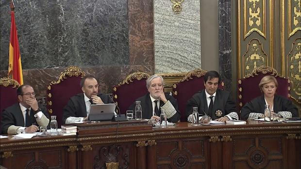 El presidente del tribunal, Manuel Marchena (2i); y los jueces; Juan Ramón Verdugo (3i) , Antonio del Moral (2d), Ana María Ferrer (d), Andrés Martínez Arrieta (i), durante el juicio del «procés»