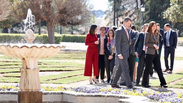 Don Felipe y Doña Letizia, en los jardines del Palacio de El Pardo, con los científicos españoles