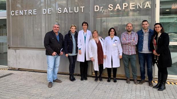 Imagen de médicos en huelga en la última concentración en un centro sanitario de Elche