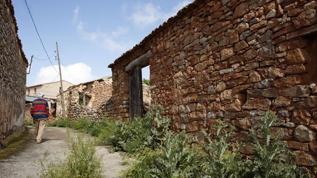 Casas abandonadas y calles moribundas en Corbatón (Teruel), uno de los muchos municipios españoles que ya se encuentran en riesgo extremo de extinción