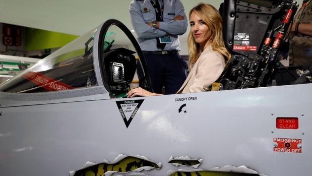 La número uno del PP al Congreso por Barcelona, en la cabina de un F18