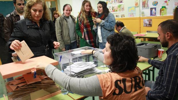 Ciudadanos votando en la mesa electoral durante las pasadas elecciones