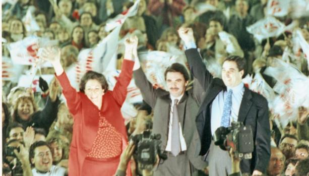 Imagen de Aznar, flanquedado por Barberá y Zaplana, en el mitin de Mestalla del año 1996