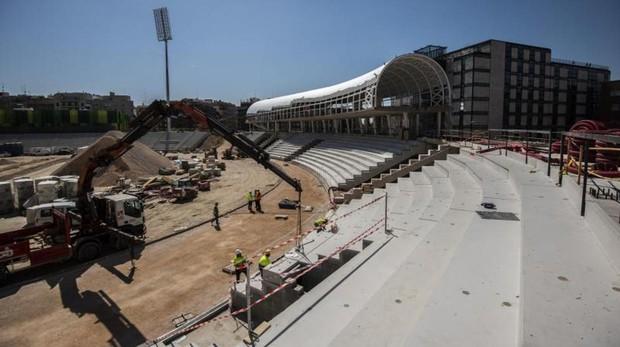 Las grúas colocan las gradas y la cubierta acristalada donde se situará la pista de calentamiento del nuevo Vallehermoso