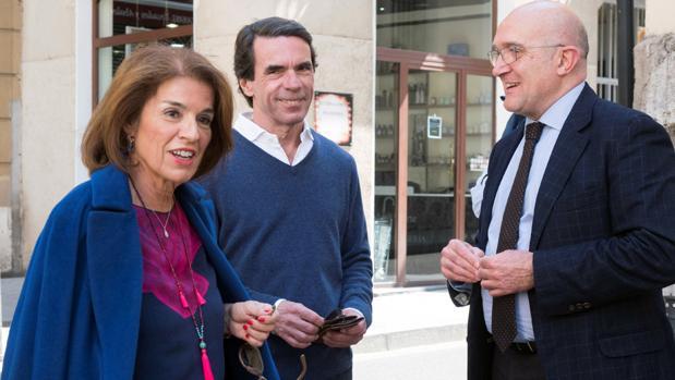 Aznar, junto a su mujer, este martes en Valladolid con el presidente de la Diputación , Jesús Julio Carnero