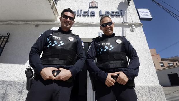 Óscar Gil, a la izquierda, y Óscar Herreros, delante de las dependencias en El Viso de San Juan