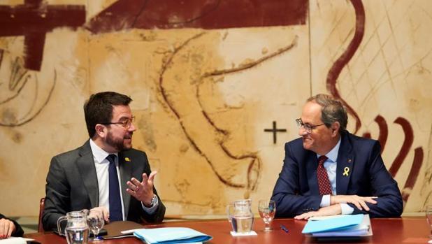 El videpresidente de la Generalitat, Pere Aragonès, junto a Quim Torra
