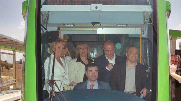 Tomás Gómez (sentado) en la presentación del tranvía de Parla