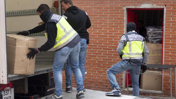 Los agentes se llevan ayer artículos robados de una vivienda del Pozo, tras el registro