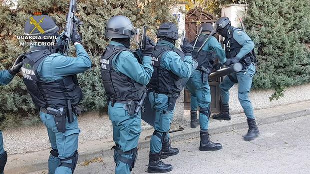 Agentes de la Guardia Civil, entrando en una de las viviendas