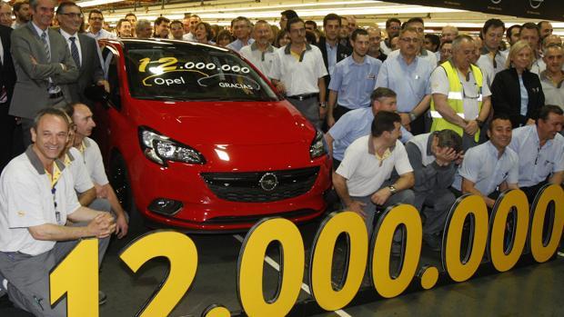 Foto de familia en la fábrica de Opel de Figueruelas cuando salió de sus líneas de montaje el Corsa número 12 millones, a mediados del año 2015