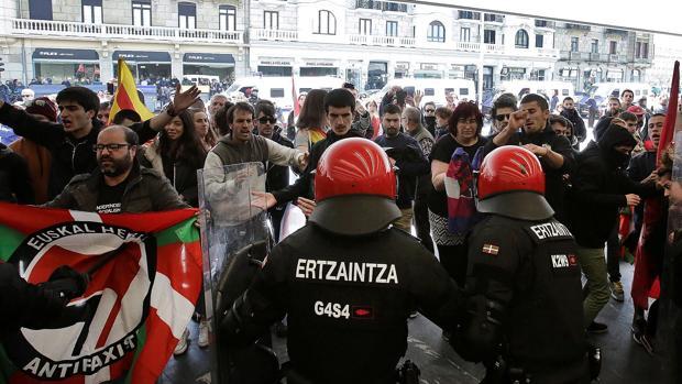 Entrentamientos entre concentrados contra el mitin de Vox en San Sebastián y simpatizantes del partido 13 de abril, San Sebastián
